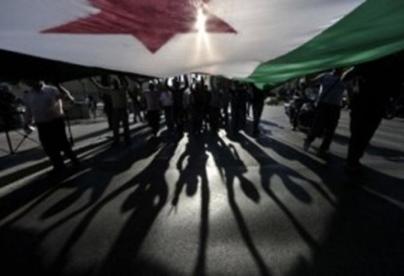 علم سوريا ما قبل البعث محمول بأيدي سوريين أحرار ضد نظام الأسد القمعي